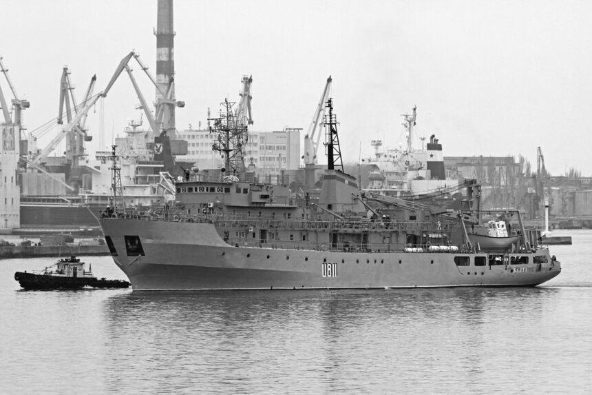 Аварійне судно ВМС України буксирують до Одеси