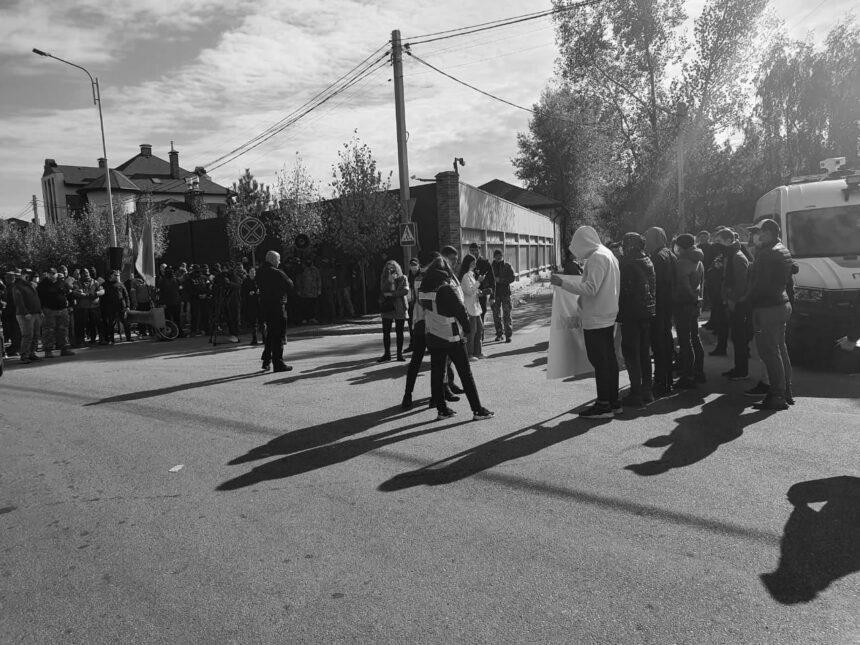 До будинку Зеленського приїхали десятки авто, планується акція